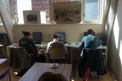 Leerlingen achter computers